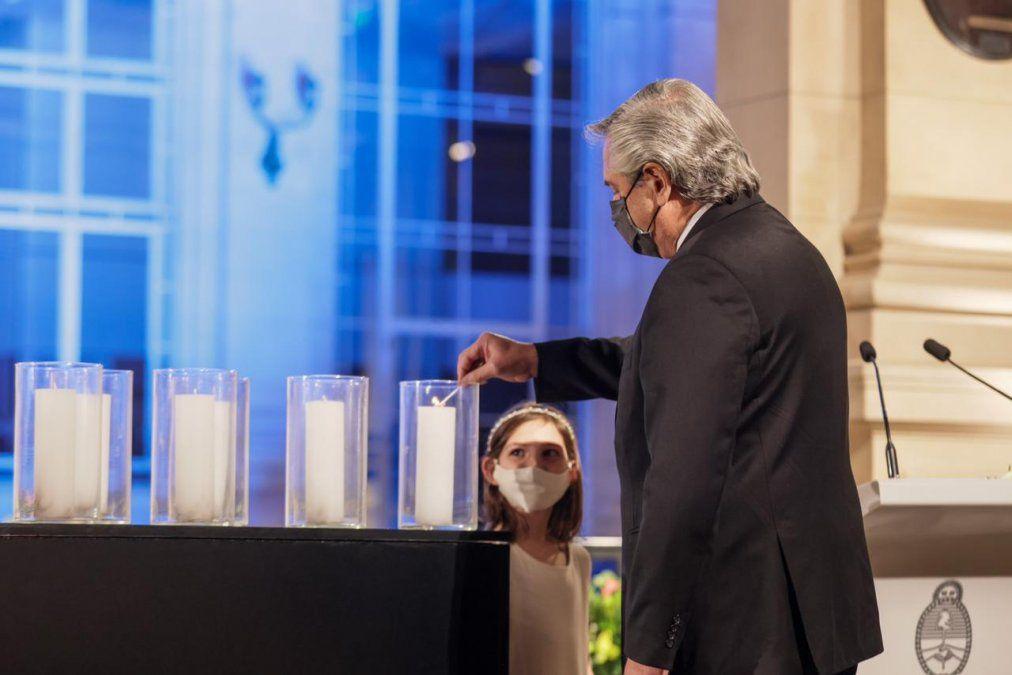 Alberto Fernández en una ceremonia en memoria de los fallecidos por coronavirus en todo el país.