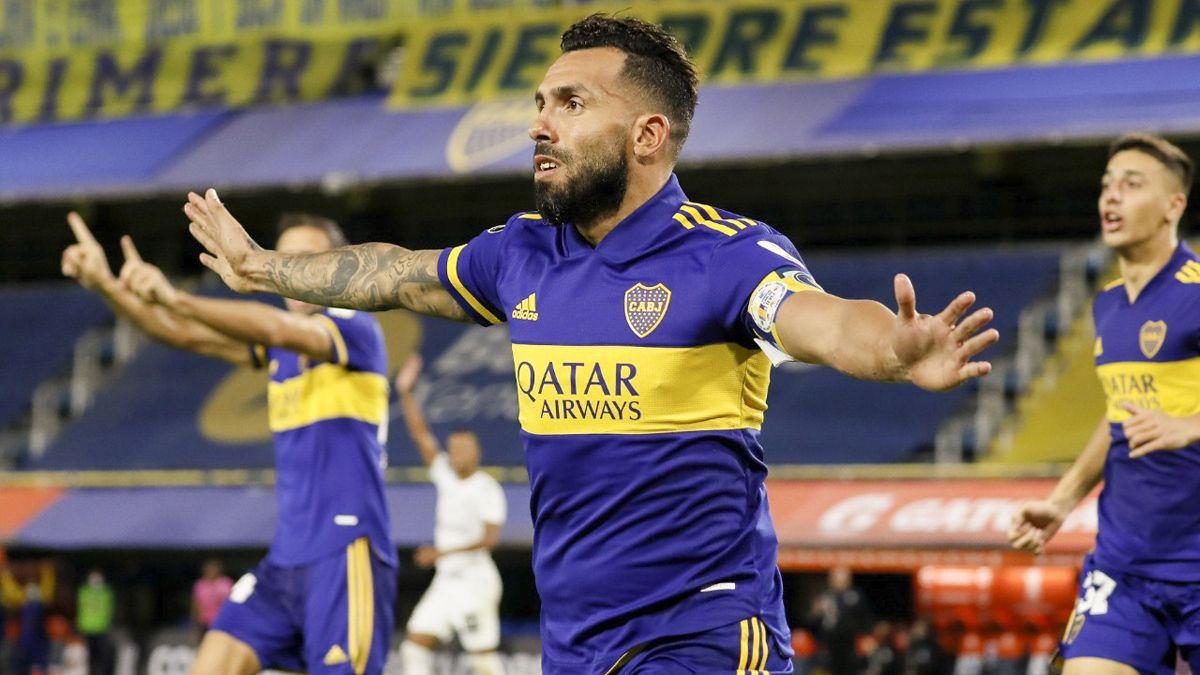 Carlos Tevez anotó uno de los goles en la victoria ante Santos.