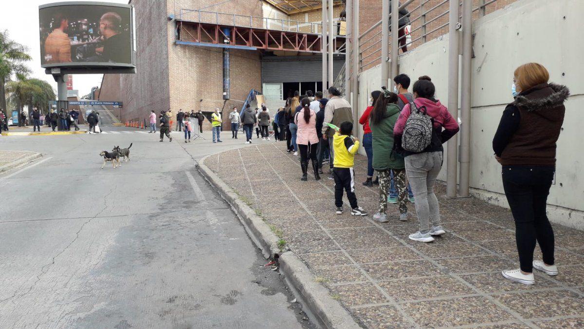 El Sheraton repleto de jóvenes en busca de su vacuna