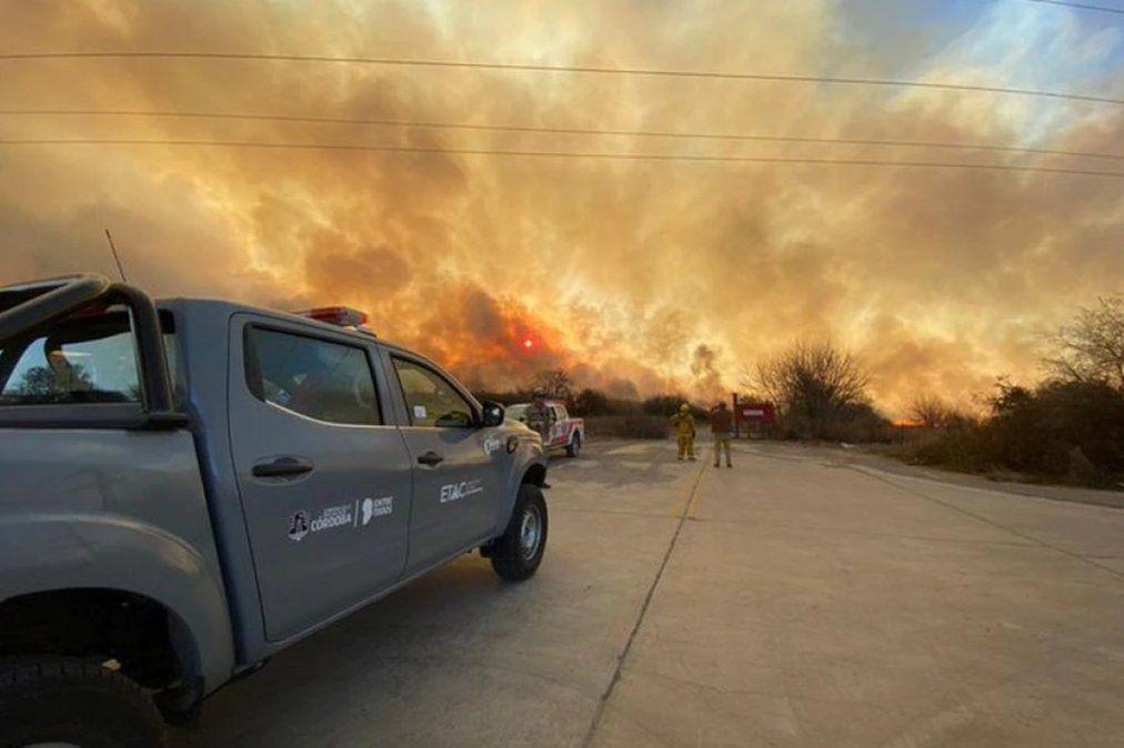 Bomberos combaten un intenso incendio forestal a la vera de la Autopista Córdoba-Villa Carlos Paz.