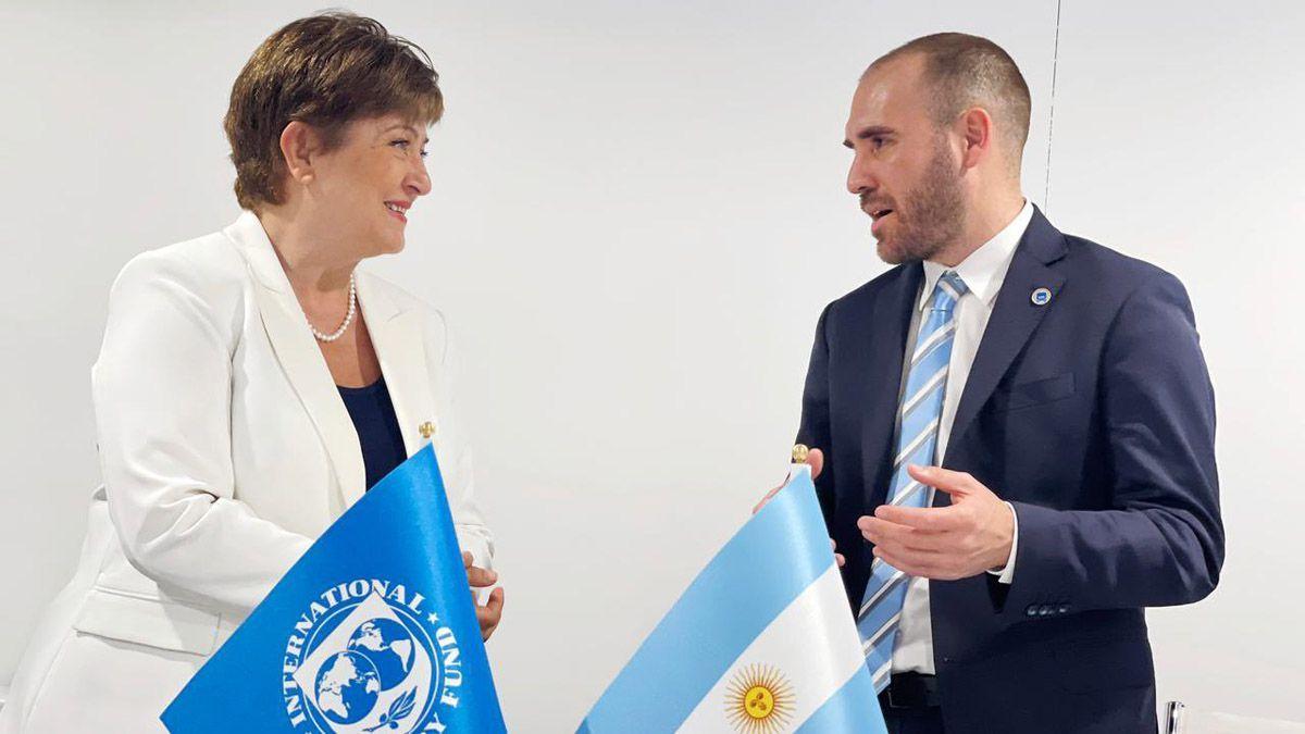 Argentina recibe USD 4.355 millones del FMI para fortalecer reservas