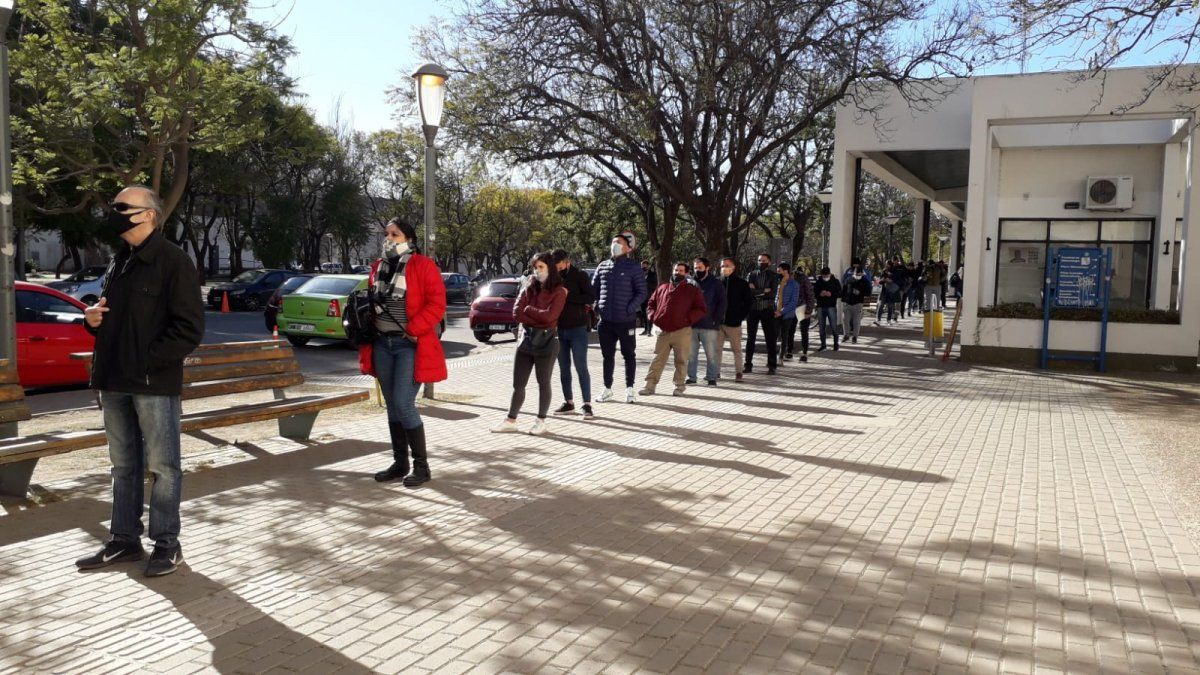 Córdoba: gran concurrencia en los centros vacunatorios