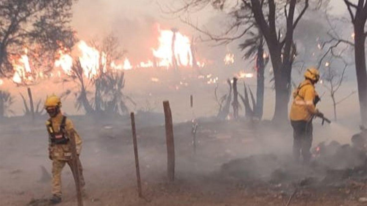 Más de 370 efectivos del Plan Provincial de Manejo del Fuego y de Protección Civil continúan trabajando en el combate de los incendios forestales desde el pasado viernes en el norte de Córdoba