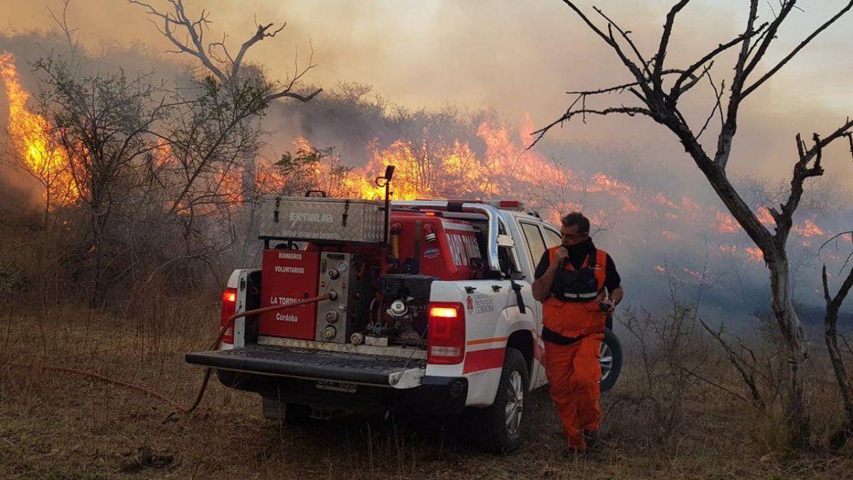 Con dos focos activos y clima adverso, continúa el combate de incendios en el norte de Córdoba