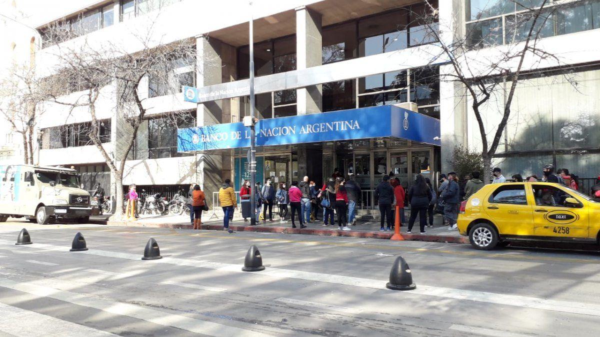 Largas filas, demoras y molestias para cobrar jubilaciones y pensiones