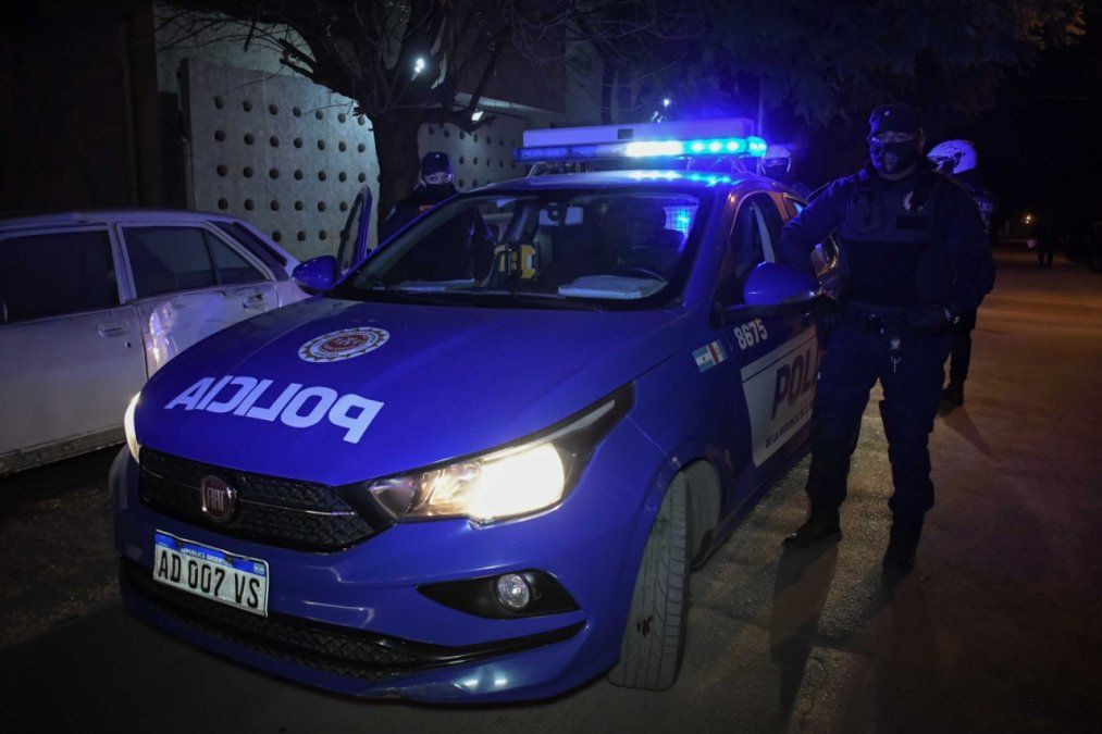 La policía desarticuló fiestas clandestinas en un bar y en siete barrios de la ciudad.