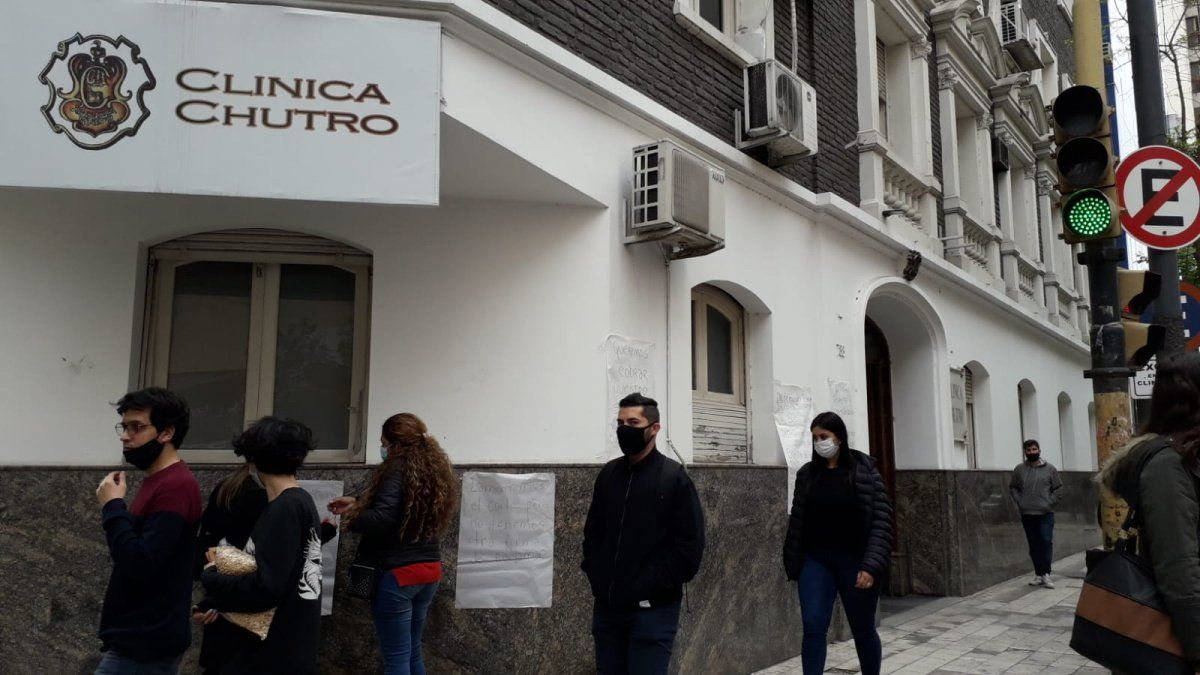 Trabajadores de la Clínica Chutro exigen sus sueldos