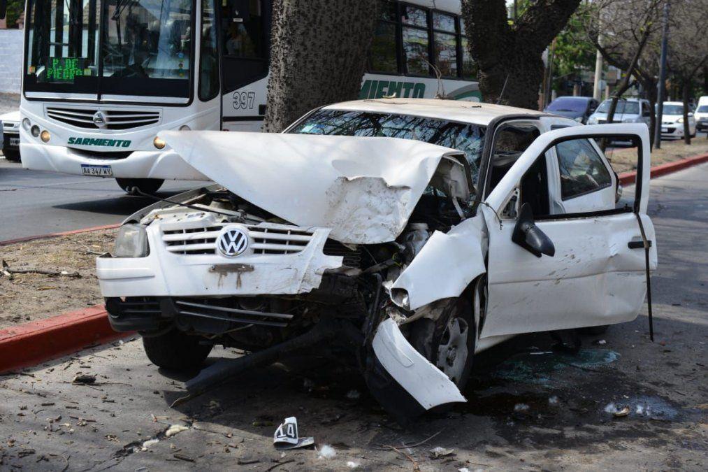 Perdió el control y chocó contra un árbol en avenida Rafael Núñez