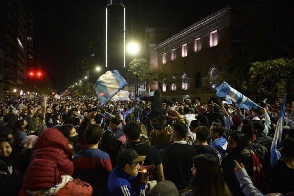 Festejos masivos en el centro de Córdoba por la obtención de la Copa América.