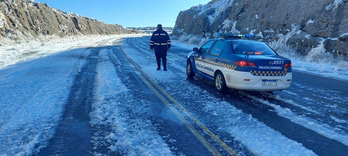 Rehabilitan el Camino de las Altas Cumbres luego de un día y medio cerrado por nieve y hielo