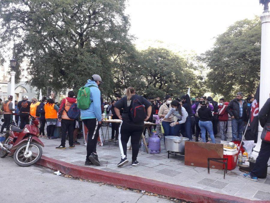 Naranjitas realizaron una olla popular frente a la Municipalidad.