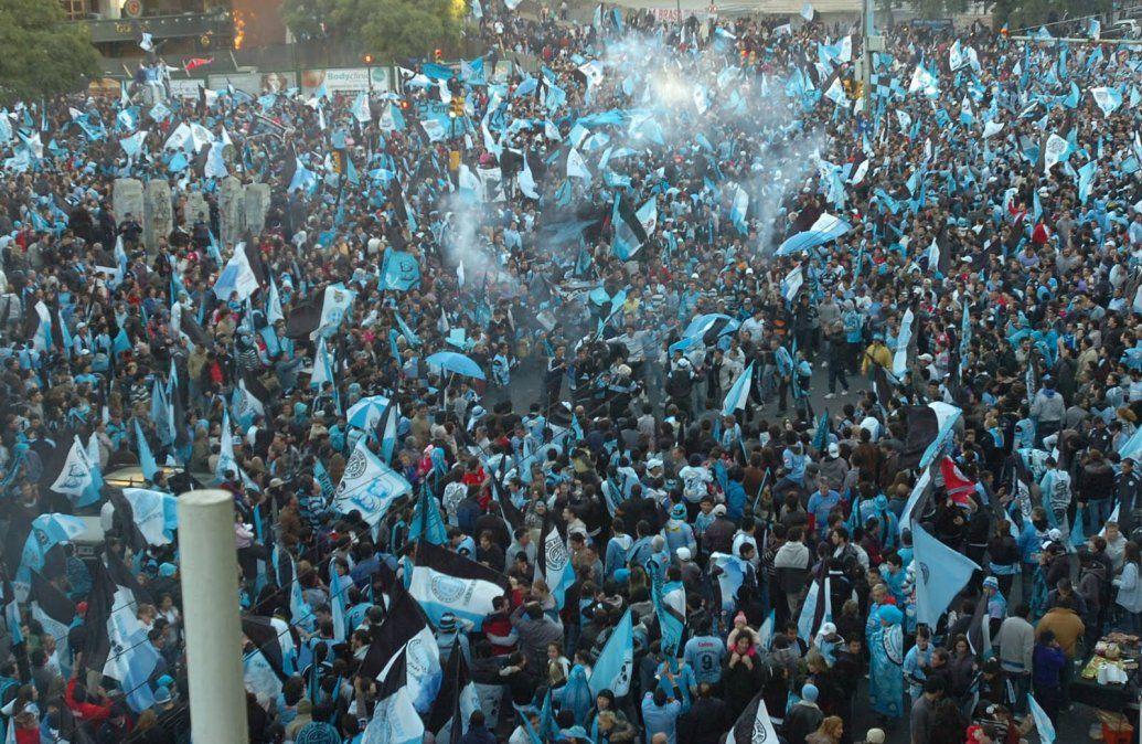 2011. Los hinchas de Belgrano festejan el ascenso.