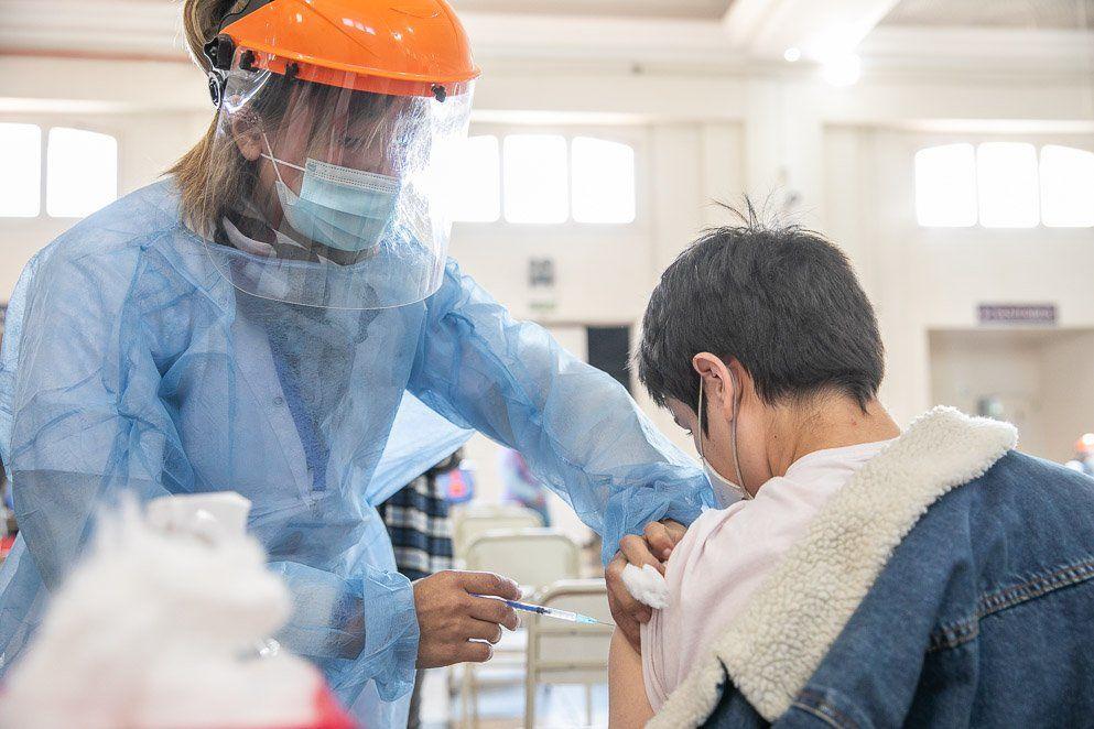 Córdoba: vacunan a jóvenes de 17 años sin comorbilidades