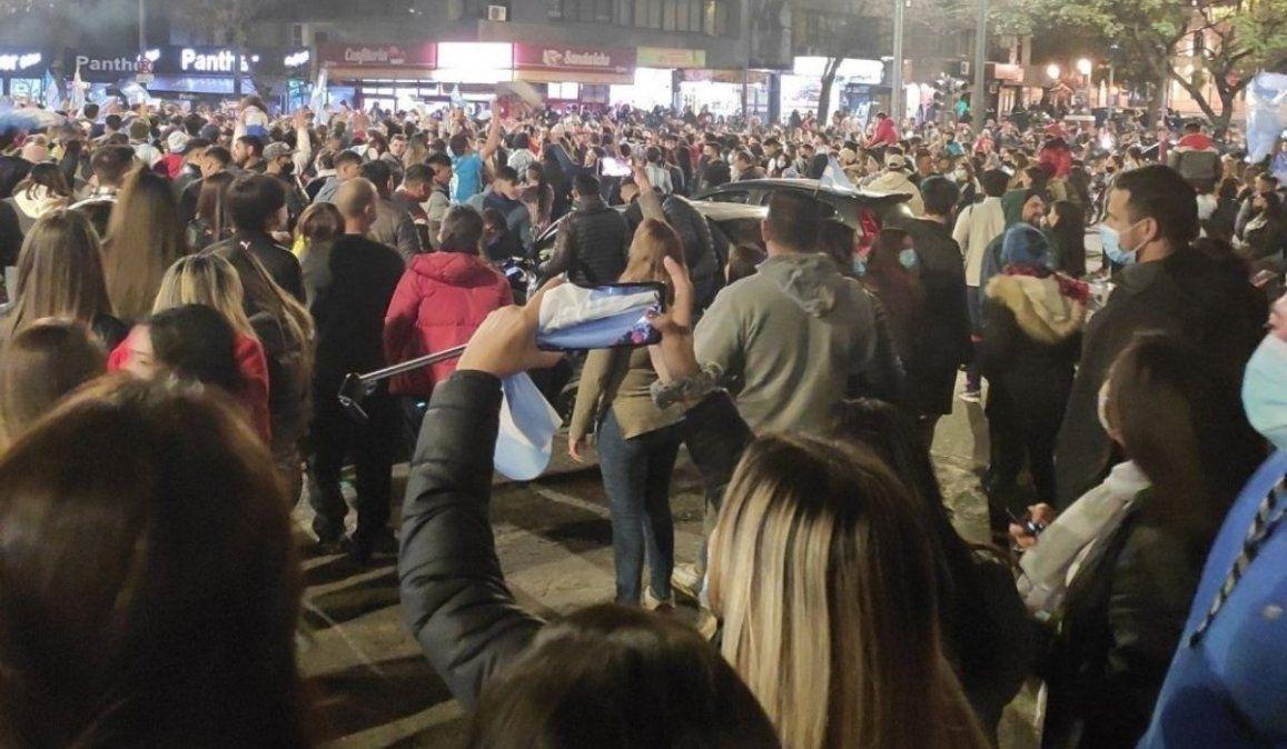 Festejos en los alrededores del Patio Olmos tras el triunfo de Argentina
