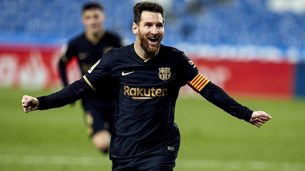 Messi no le pierde pisada a Lewandoski.