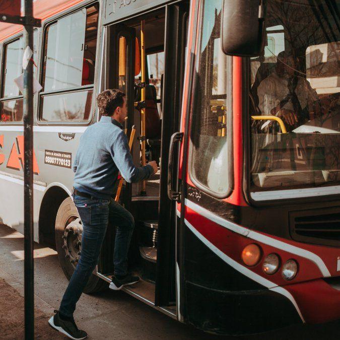 El concejal Rodrigo De Loredo criticó el aumento del boleto del transporte urbano de pasajeros.