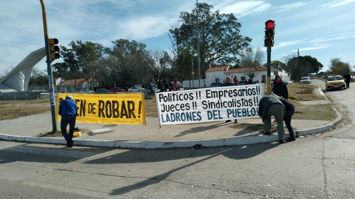 Protestas en la puerta de FAdeA ante la visita de Alberto Fernández