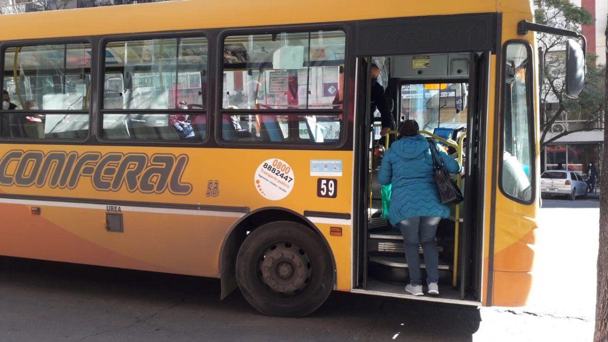 Con ventanillas abiertas: así se viajó en colectivo el día más frío del año