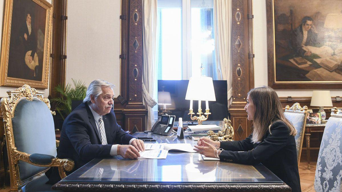 Alberto Fernández junto a Fernanda Raverta