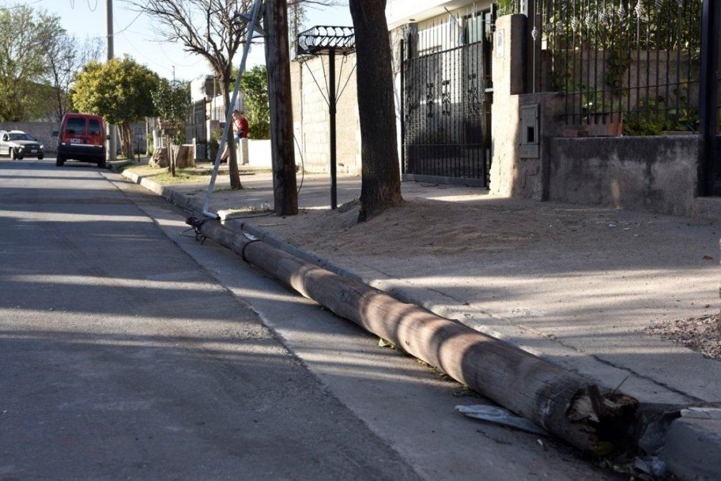 Un poste cayó sobre una motociclista y está grave