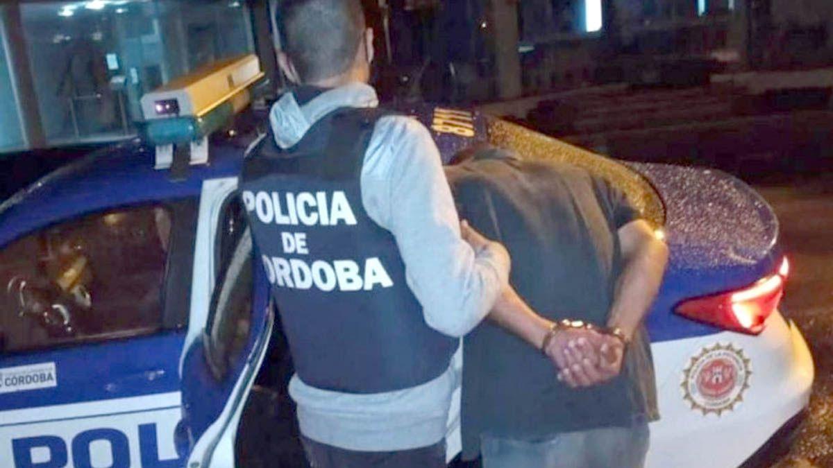Agreden a policías que interrumpen una reunión ilegal