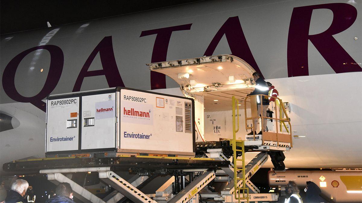 El primer cargamento de 1.448.000 vacunas llegó al país a las 2.40 en el vuelo QR8155 de Qatar Airways