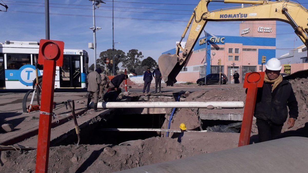Obra de aliviador cloacal en la intersección de Juniors y Bajo General Paz.