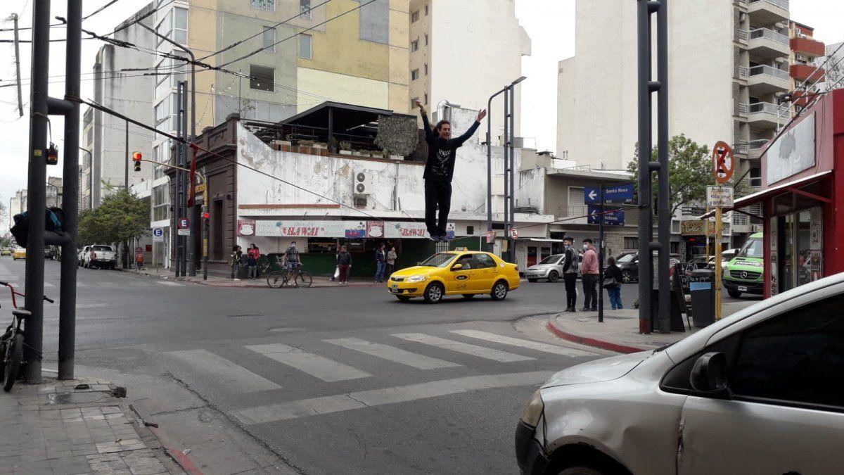 Slackline en pleno semáforo: mirá a este impresionante acróbata callejero