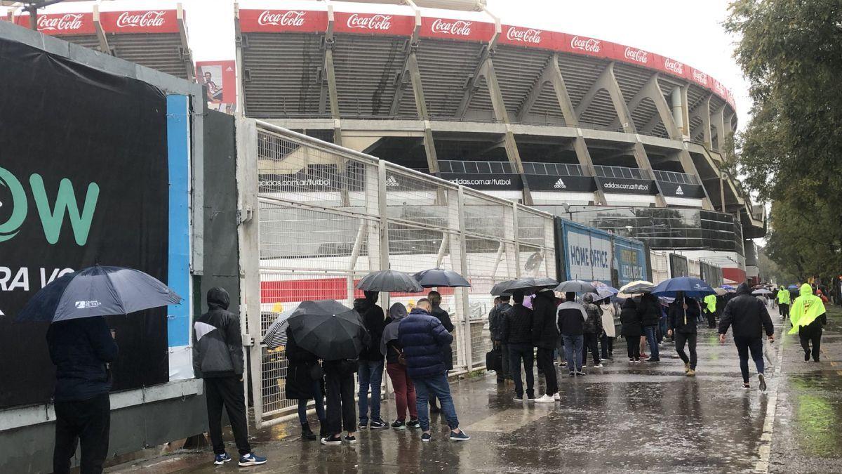 Largas colas bajo la lluvia para retirar las entradas de Argentina