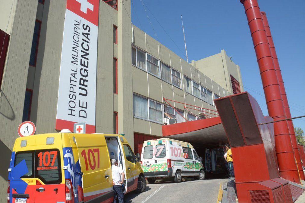 La joven de 27 años se encuentra internada en el Hospital de Urgencias tras ser atacada por dos delincuentes.