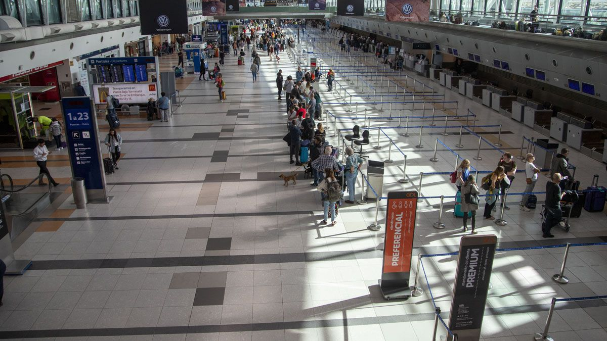 Controladores y técnicos de navegación aérea realizan un paro que obligó a reprogramar vuelos