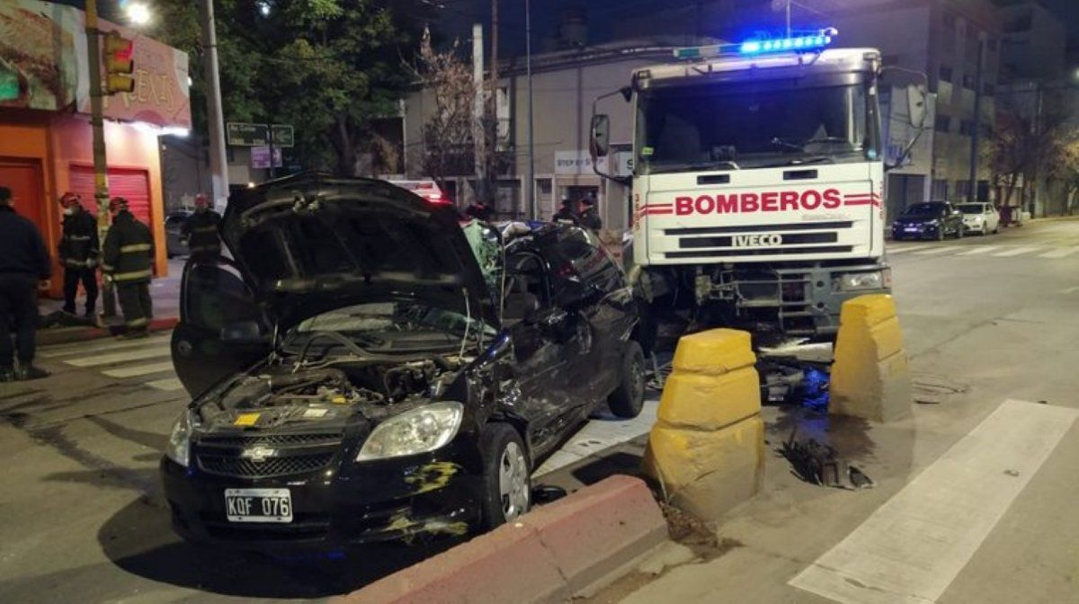 Un camión de bomberos protagonizó un grave choque en Av. Colón.